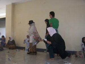 *saat latihan* adegan pembuka: para warga Desa Miskin tengah beraktivitas. terlihat sang pembawa prolog tengah mengelilingi panggung sambil membaca puisi.