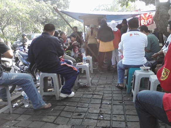 Ramainya yang 'bertarung' demi kursi dan menunggu pesanan Mie Ayam Simprug