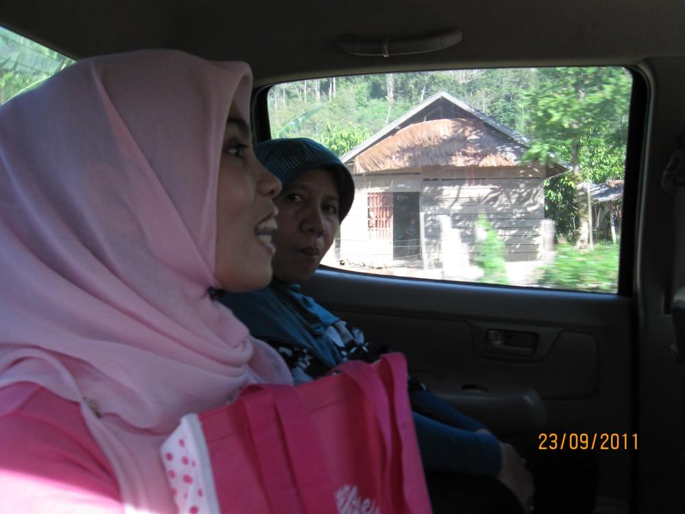 Bidan Masnah ketika mengobrol bersama kami sepanjang perjalanan menuju kota (Unaaha)