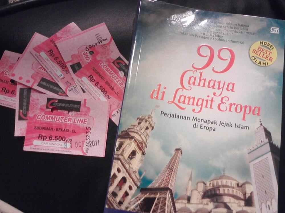 99 Cahaya di Langit Eropa dan Tiket Commuter Line Bekasi - Sudirman. Tiket-tiket di sebelah buku merupakan pembatas buku ini. Mereka menunjukkan perkiraan dalam berapa perjalanan saya menghabiskan buku ini.